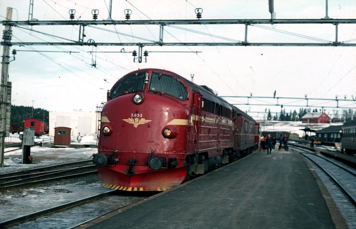 Persontog 281 Oslo Ø - Fagernes, på Eina stasjon.