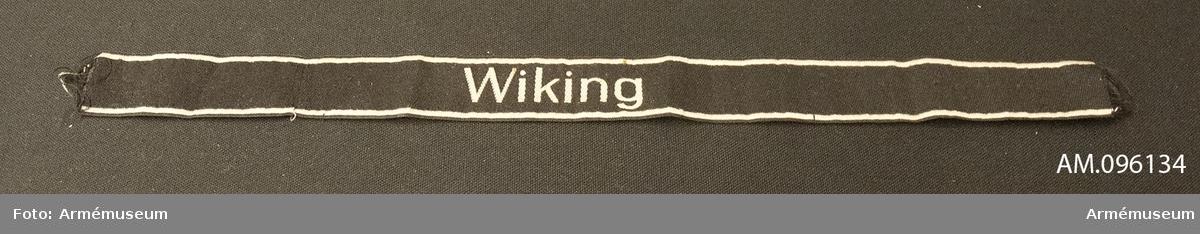 """Ett band att fästa på uniformens ärmuppslag med texten """"Wiking"""", dvs SS division Wiking,"""