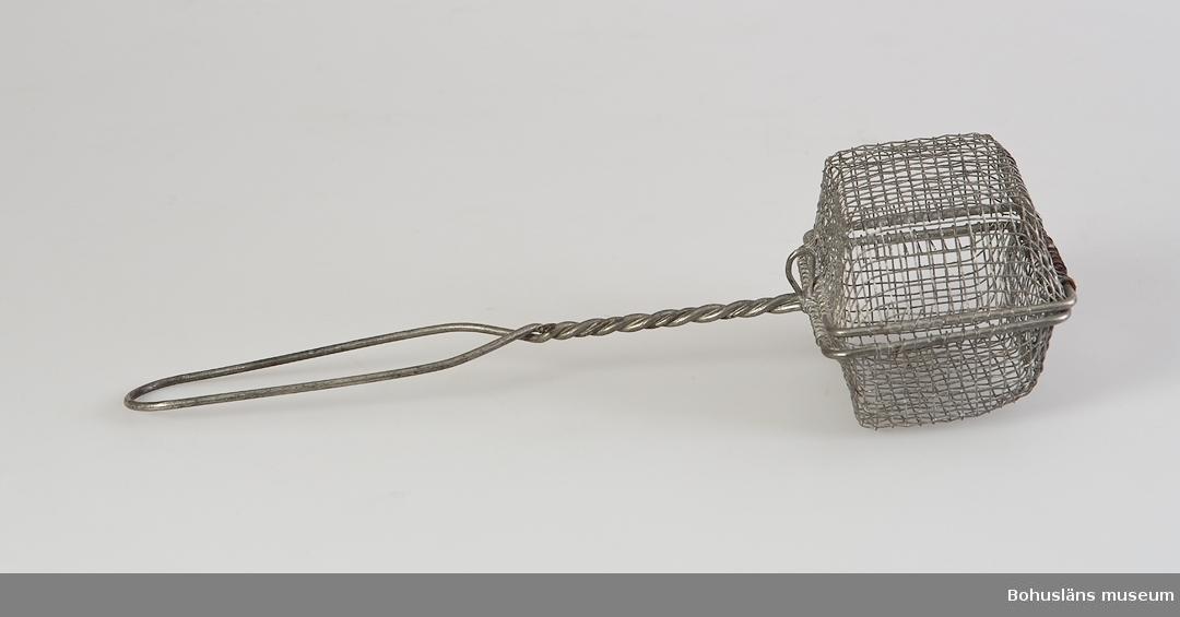 Tvålbithållare av galvaniserad ståltråd med öppningsbar korg.
