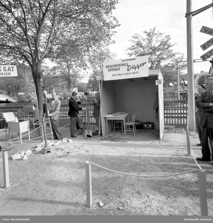 Digger hålgrävningsapparat demonstreras på marknad/utställning vid Hedbergska skolan.