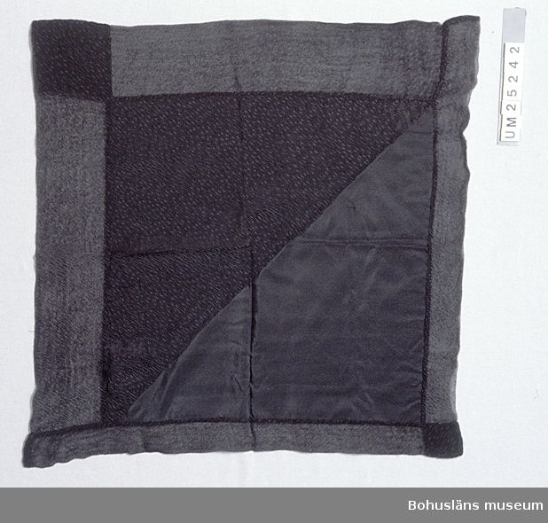 503 Kön KVINNA 433 HANDSYTT Kvadratisk svart schalett av sidenrips med påsytt crepetyg av silke. Vid två av schalettens kanter är fastsytt remsor av dubbelvikt crepe och ovanpå det släta sidentyget finns på halva schaletten triangel- formad besättning av crepetyg. Handsytt. Crepetyget är tillverkat genom goffrering = fin, oregelbunden mönster- veckning. Tillvägagångssättet beskrivs i Nordisk Familjebok, se museets bibliotek. (Sorgflor av detta tyg kallades krusflor.) Ägarinnan var mor till givaren. Överlämnad 30 mars 1983 till Göteborgs Historiska Museum som förmedlade den till Bohusläns museum 1993.