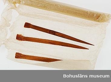 Kontinent: Asien Ur handskrivna katalogen 1957-1958: Tandpetare, 11 st, Japan. Samtliga L. c:a 12,5 cm; i ena ändan spetsiga, i andra är träet upptrasat till borst; omålade. 1 saknas.  Lappkatalog: 10  Stickor för tandvård; troligen en kombination av tandborste och tandpetare. Förpackade /inrullade i ett tunt rispapper. En sticka är ca 12,5 cm lång. Borstdelen knappt 1,5 cm.  Josephina Charlotta Elisabeth (Elise), född Kullgren, (1829 -1901). Gift 1847 med handlanden  Johan August Nomell (1817-1875). Paret hade tio barn och bodde i Nomellska huset vid torget i Uddevalla samt under en period Vese säteri i Bro socken.