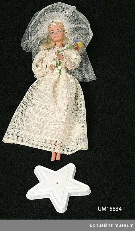 Barbiedocka klädd i slöja och brudklänning. I originalförpackning av papp och plast. Tillverkad för Mattel Inc. USA.  Se UM015810.