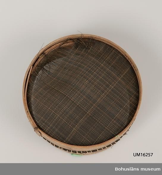 Sikt, träram, hästtagel använts till siktduk, vilken är sönder. Tagelduken är lindad. Ovanför gjorden har tagelduken rullats.
