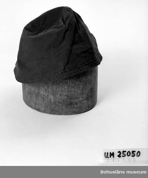"""594 Landskap BOHUSLÄN  Blå. Lilla """"brättet"""" uppvikt baktill. Sommarhatt. Givaren född Johansson, 1908 i Uddevalla. Hon var tandtekniker och tandsköterska."""