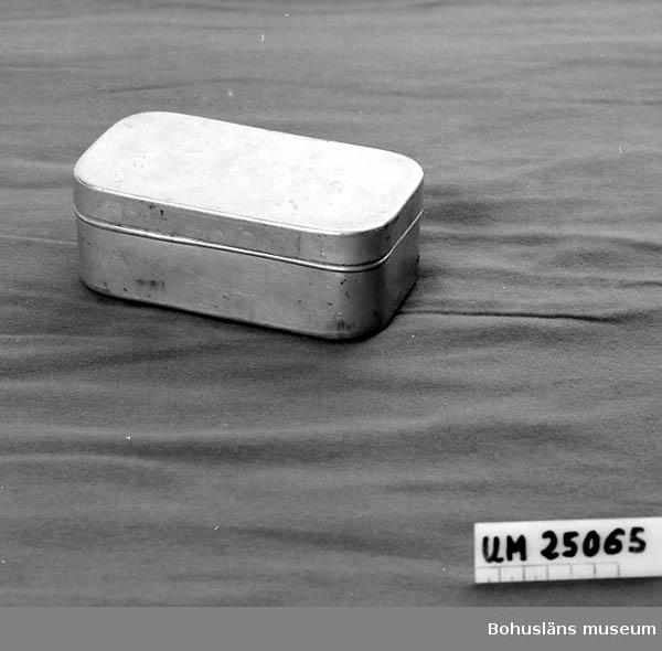 471 Tillverkningstid 1934 CA  Fyrkantig. Rundade hörn. Lock. Använd vid camping.