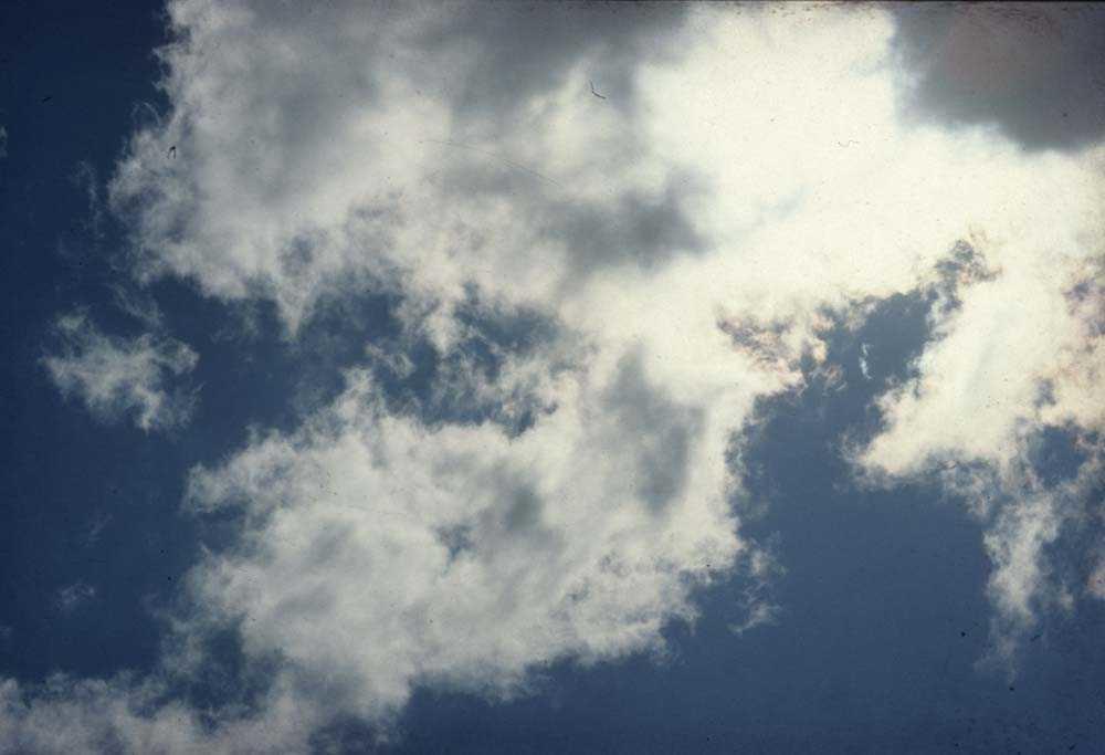 Luftfoto. Skyformasjoner under en blå himmel.