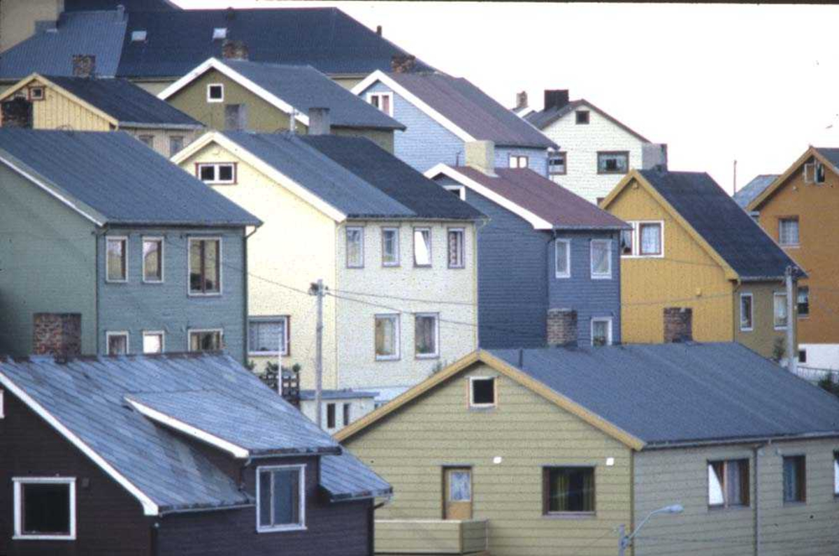 Landskap. Parti fra Honningsvåg med en gruppe husbankhus som motiv.