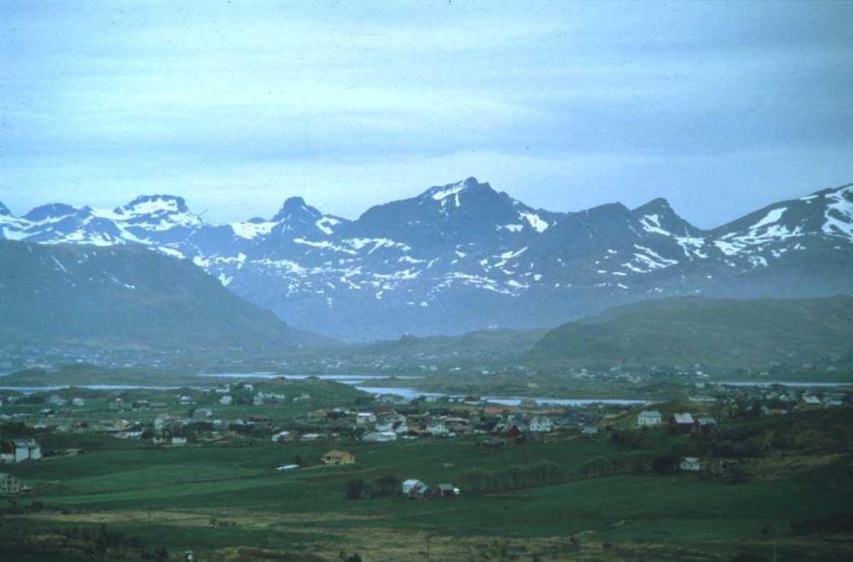 Landskap. Leknes i Lofoten. I bakgrunnen Gravdal