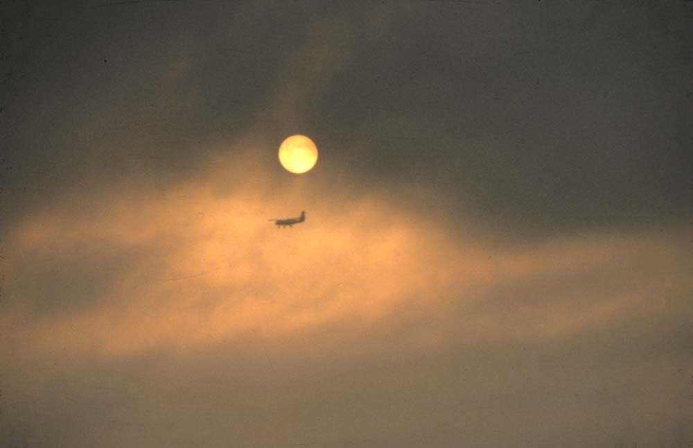 "Landskap. En DHC-6-300 Twin Otter er foreviget mens den passerer ""under"" månen."