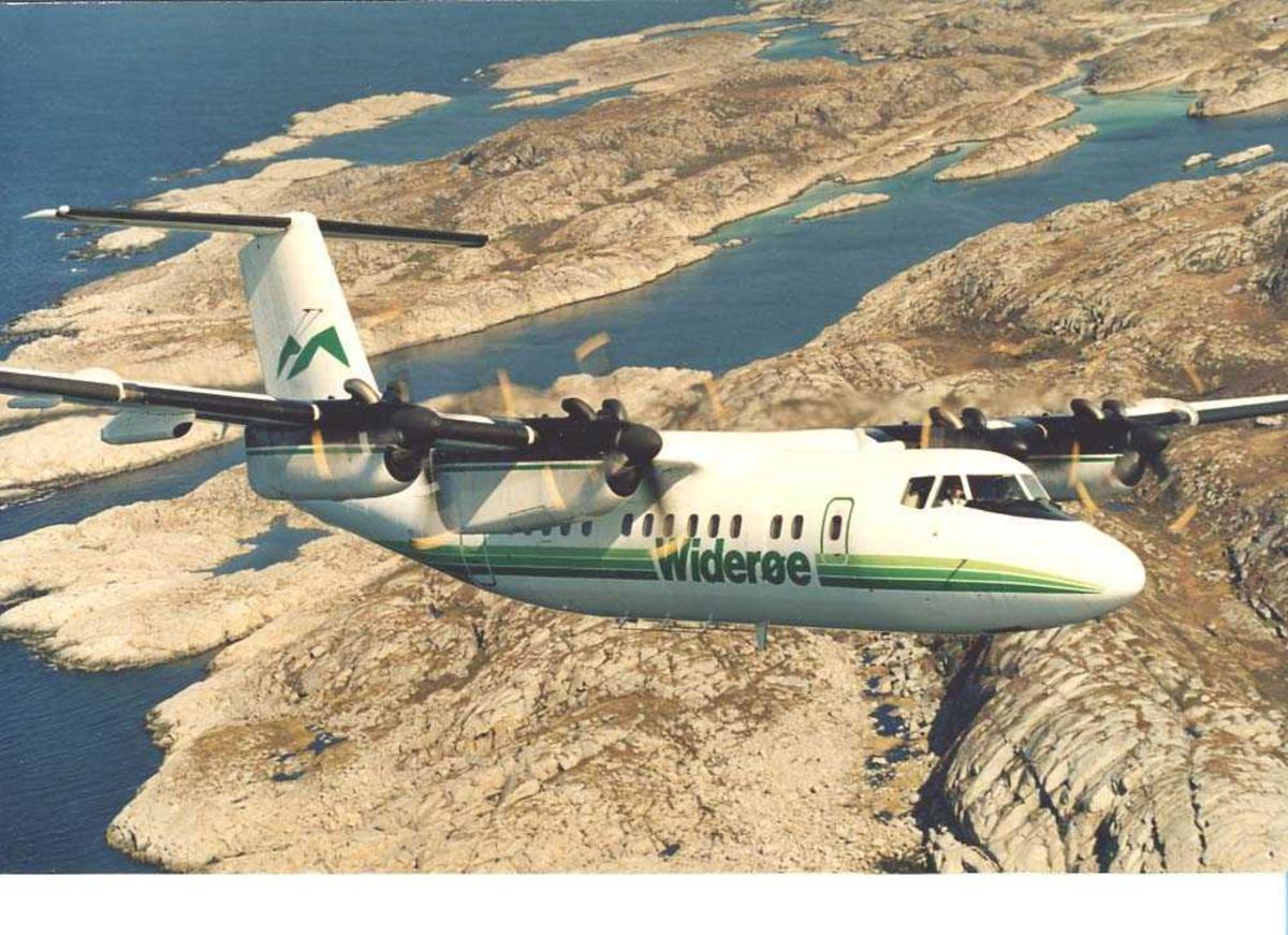 Luftfoto. Et fly, LN-WFI, DHC-7 / Dash7 fra Widerøe, fotografert ved Bodøs skjærgård i forrbindelse med åpningen av Norsk Luftfartsmuseum Bodø.