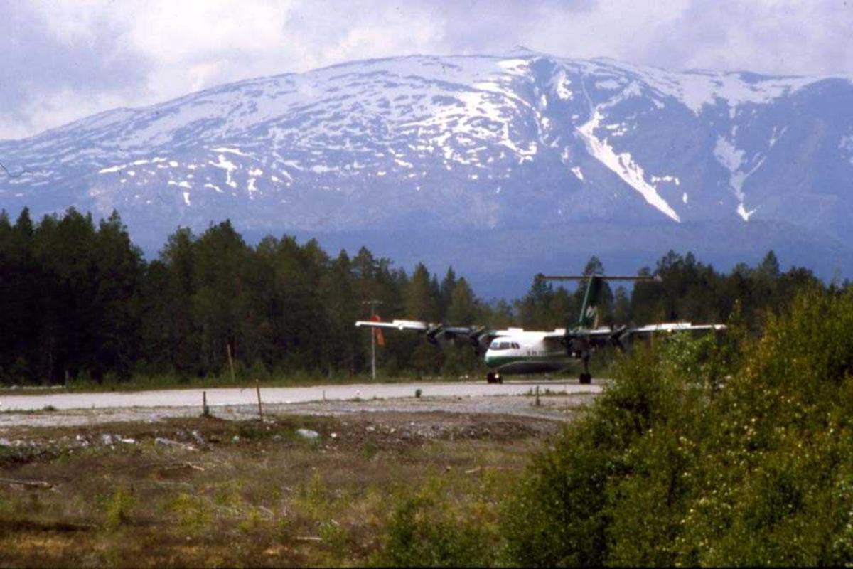 Lufthavn/flyplass. Sogndal/Haukåsen.  Et fly, DHC-7-102 Dash7 fra Widerøe har nettopp landet runway 24.