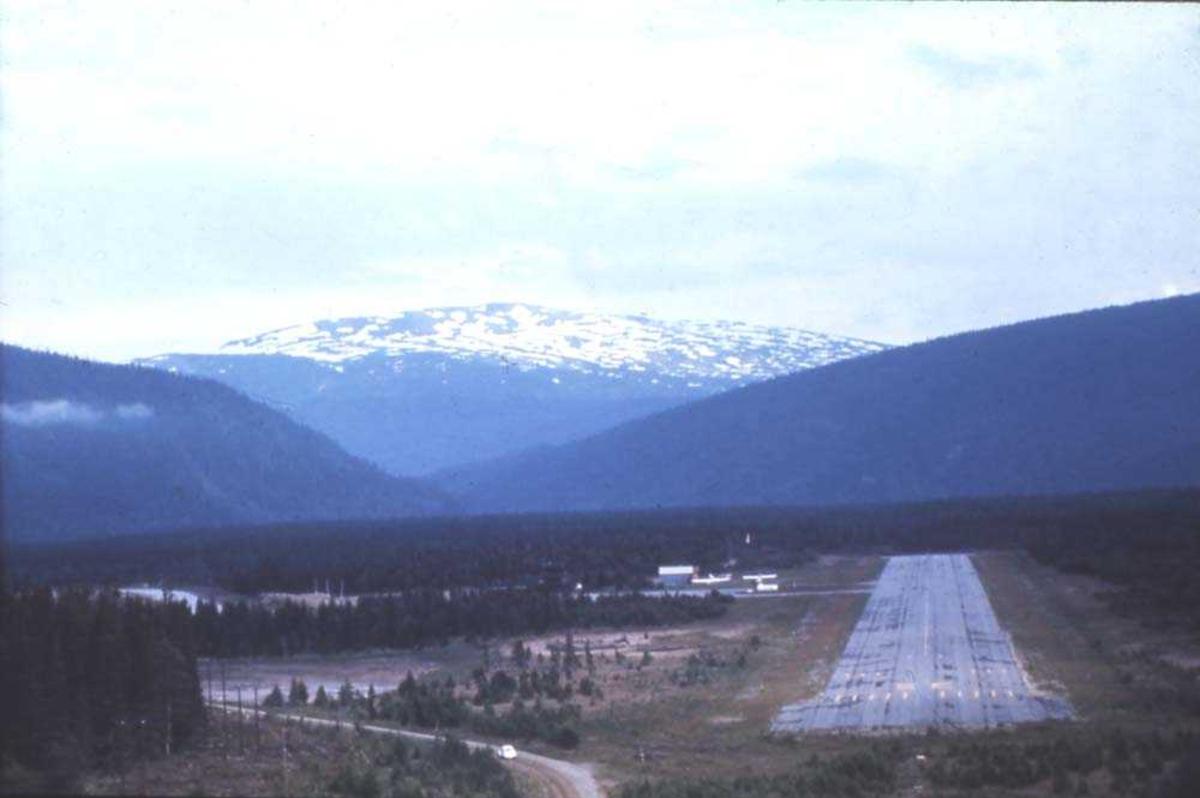 Lufthavn/flyplass. Mo i Rana/Røssvoll Et fly, LN-BEC, DHC-6-300 Twin Otter fra Widerøe klar for landing runway 14.