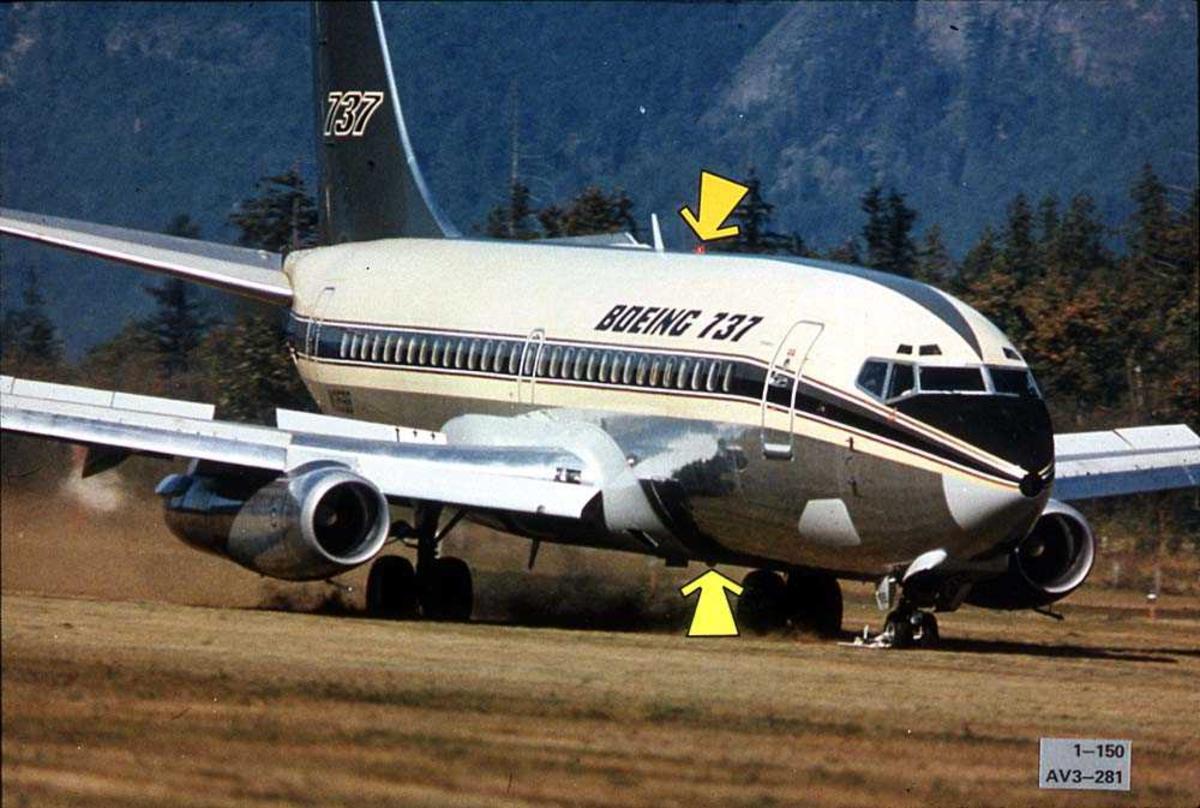 Ett fly på bakken på en åpen plass, Boeing 737-200.