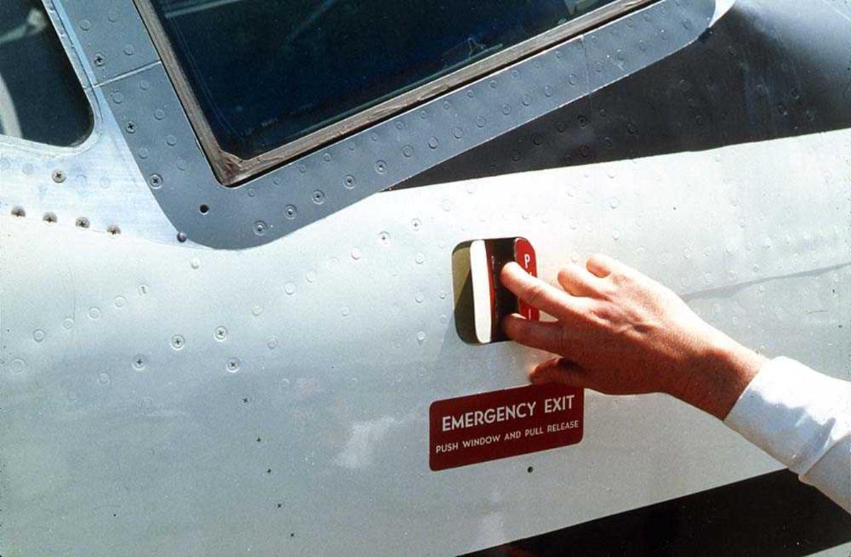 Detaljbilde. Håndtak for å åpne en nødutgang, på utsidan av cockpitvinduet på ett fly, Boeing 737.