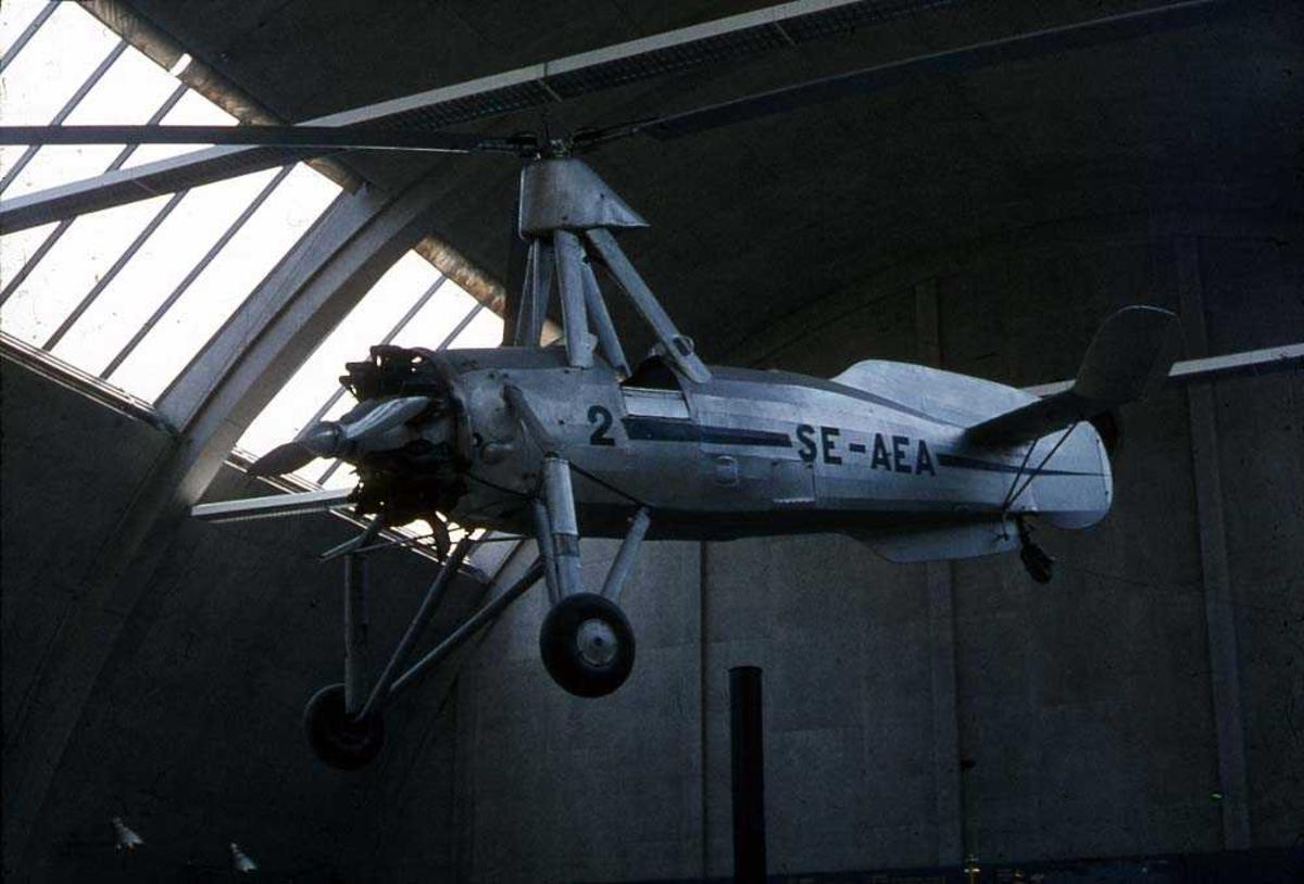 Ett fly som henger i taket inne i en bygning, Cierva C. (Avro 671) SE-AEA.