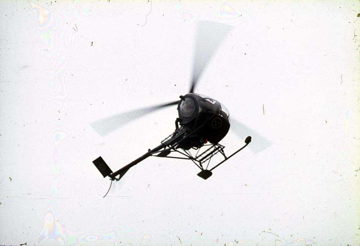 Luftfoto. Ett helikopter i luften, Hughes 300.