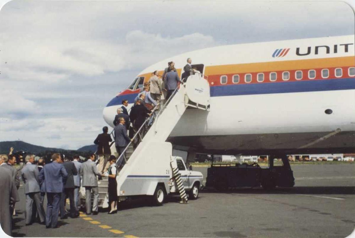 Ett fly på bakken. Passasjerer går ombord. Boeing 767. United Airlines.