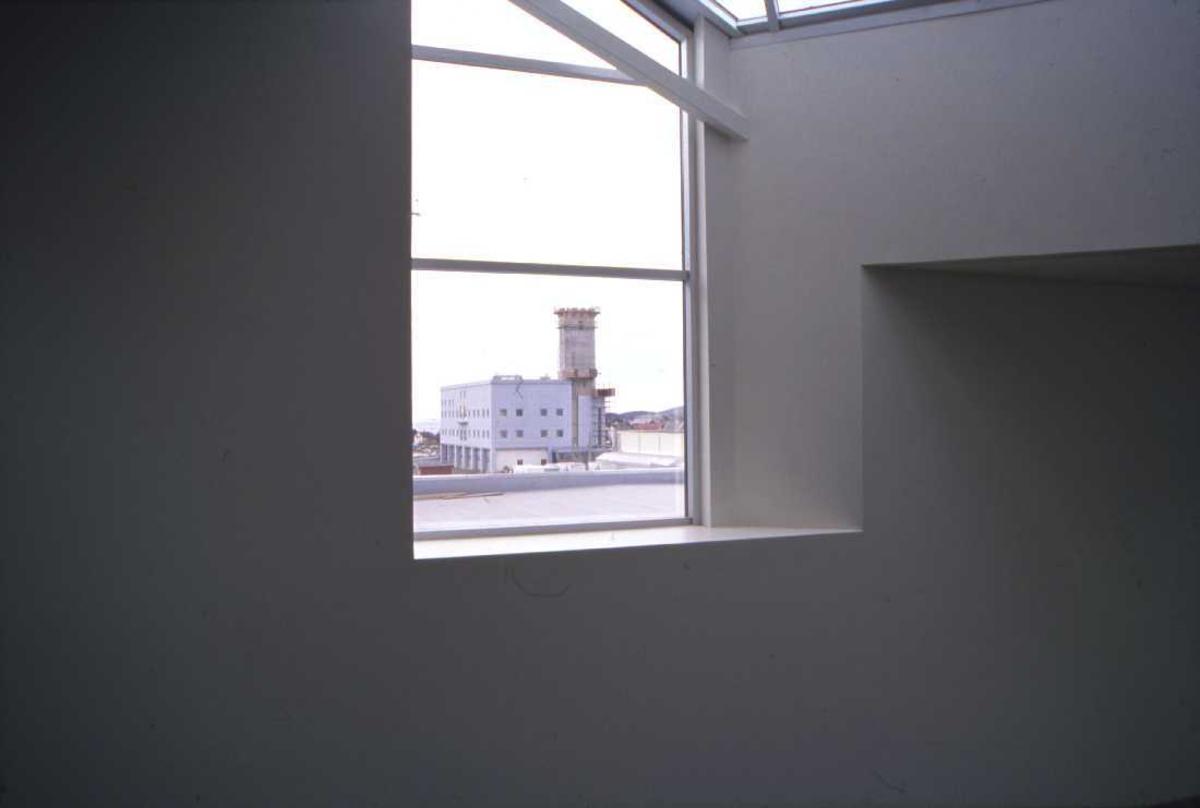 Lufthavn - flyplass. Fra et vindu i Bodøs nye Lufthavn ser man nybygget til det nye flytårnet som er under oppføring.