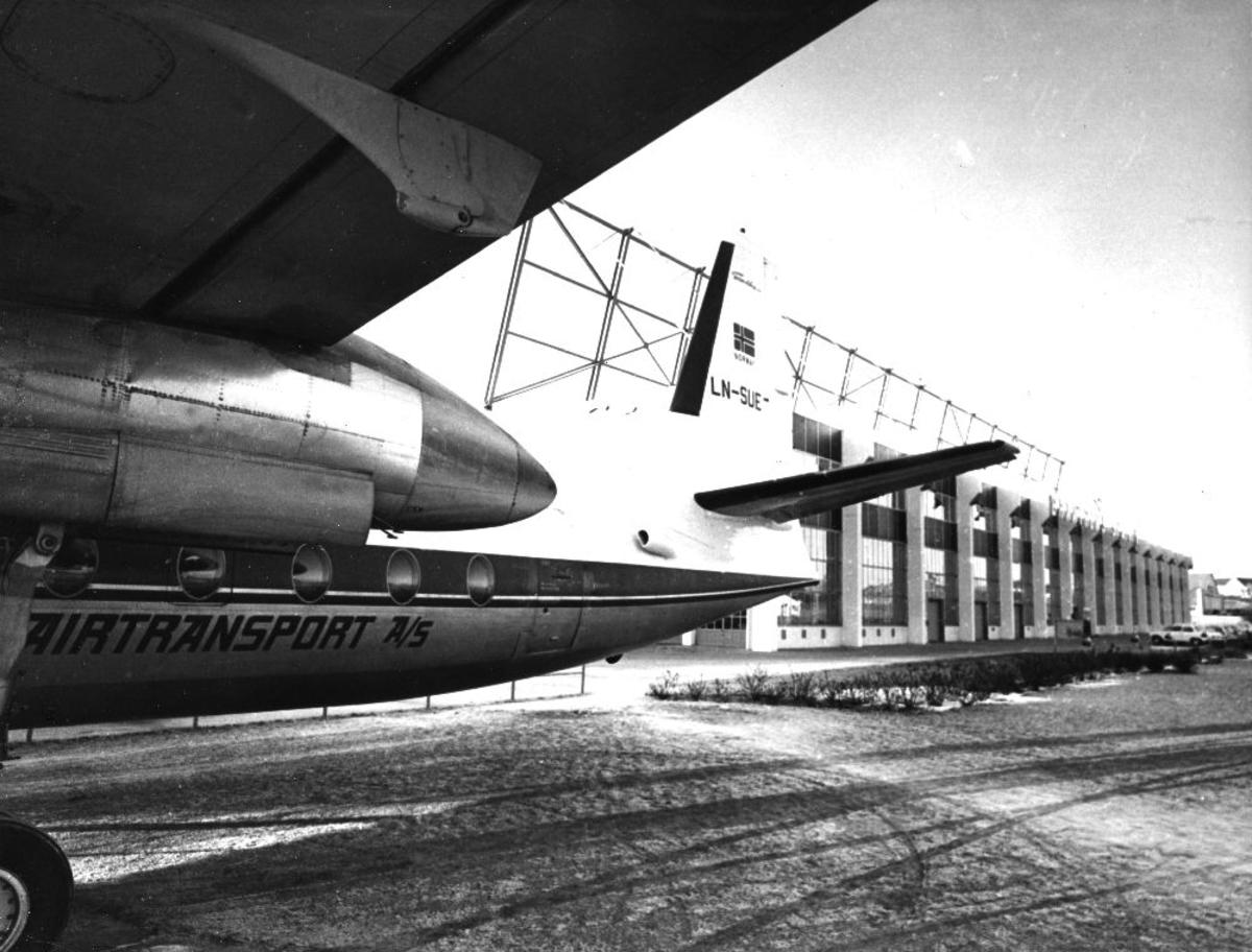 Lufthavn/flyplass. Sola/Stavanger. Et fly, LN-SUE, Fokker F27 Frienship fra Braathens SAFE parkert utenfor hangaranlegget.