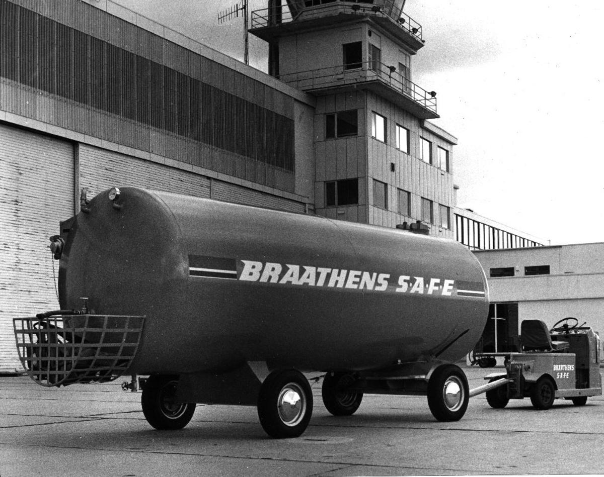Lufthavn/flyplass. Sola/Stavanger. En gasstank bak en truck fra Braathens SAFE parkert utenfor hangaranlegget.