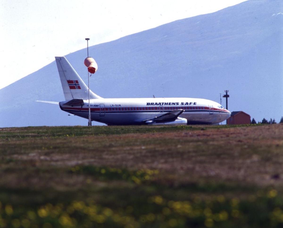 """Lufthavn/Flyplass. Et fly, LN-SUM, Boeing 737 fra Braathens SAFE, klar for """"take off"""" (avgang)"""