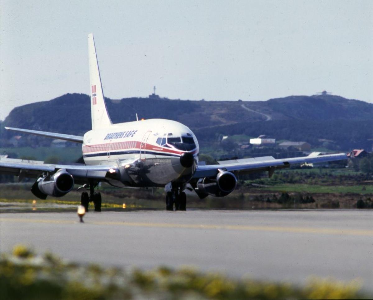 Lufthavn/Flyplass. Et fly, Boeing 737 fra Braathens SAFE, har nettopp landet.