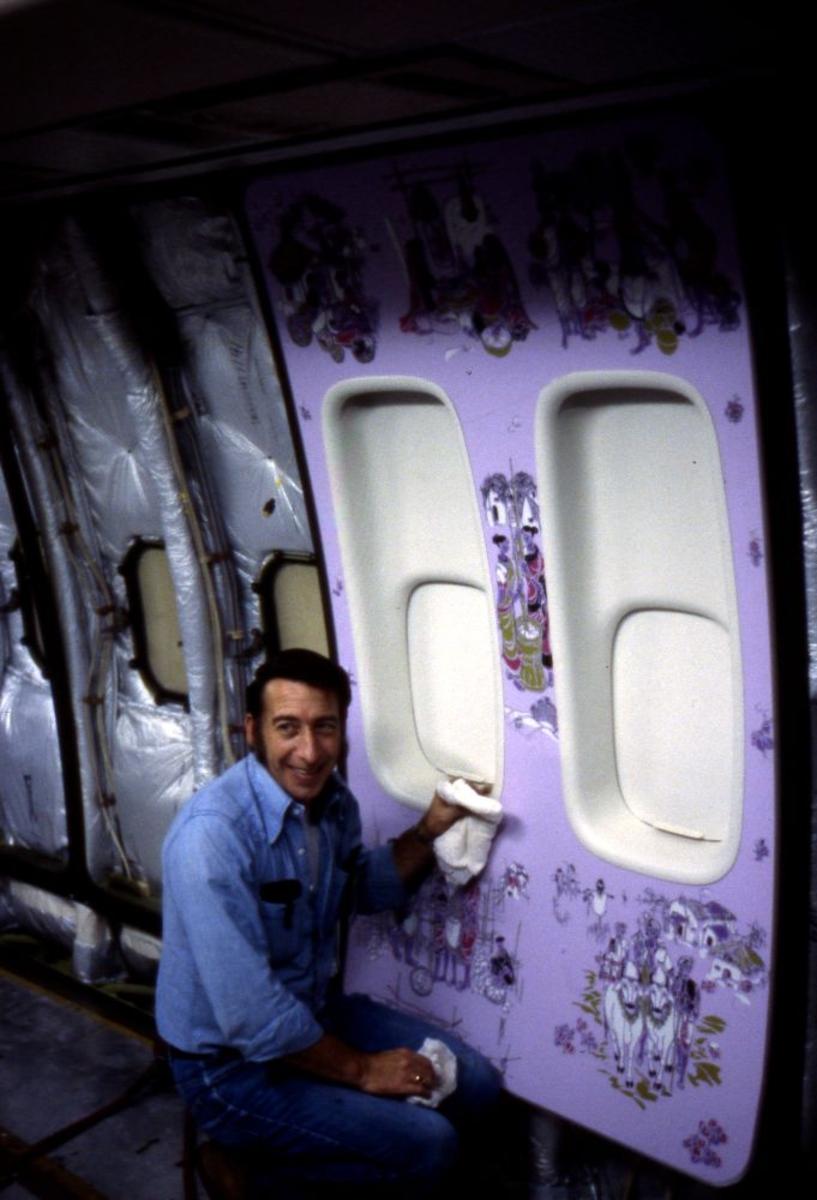 Landskap. Boeings flyfabrikk Seattle. Fra kabinen til et fly under produksjon. En person opptatt med interiør og utsmykning i kabinen.