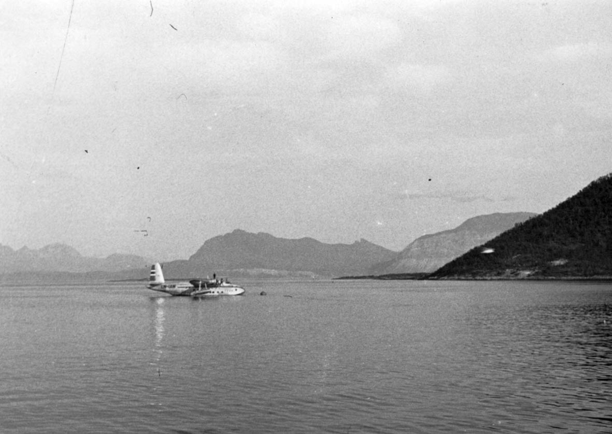 """Ett fly på havet fortøyd i bøye, Short S. 25 Sandringham 6 LN-IAW """"Bukken Bruse""""."""