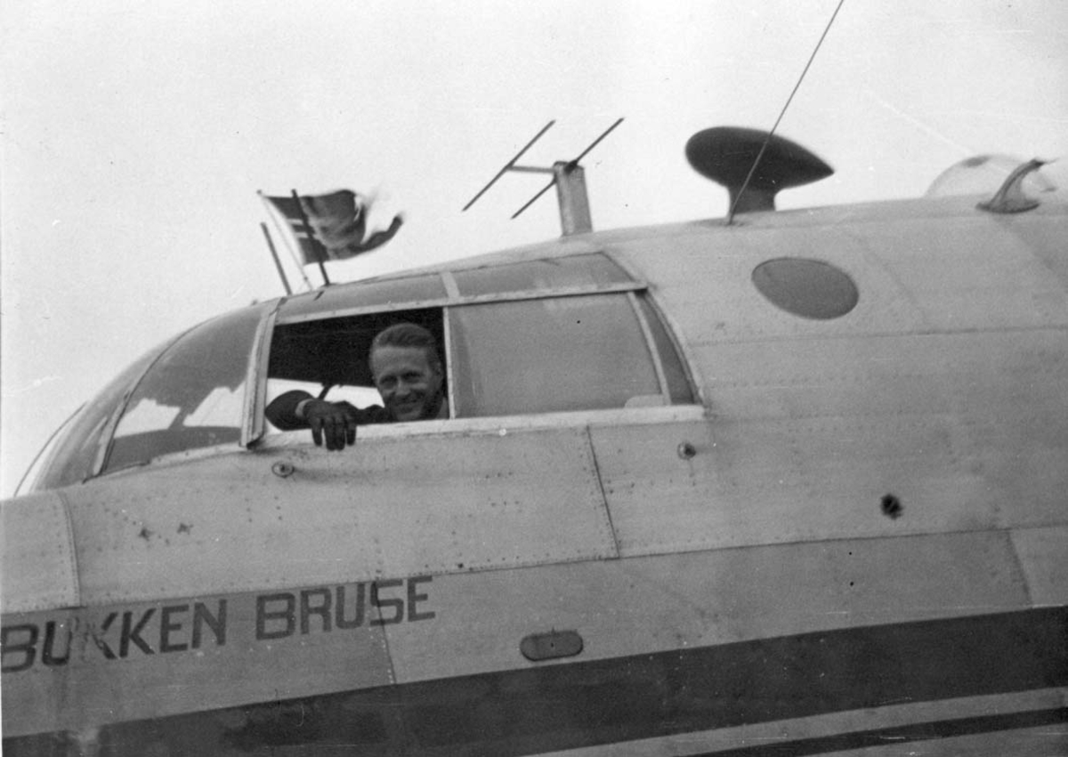 """Ett fly Short S. 25 Sandringham 6 LN-IAW """"Bukken Bruse"""". En person i cockpiten."""