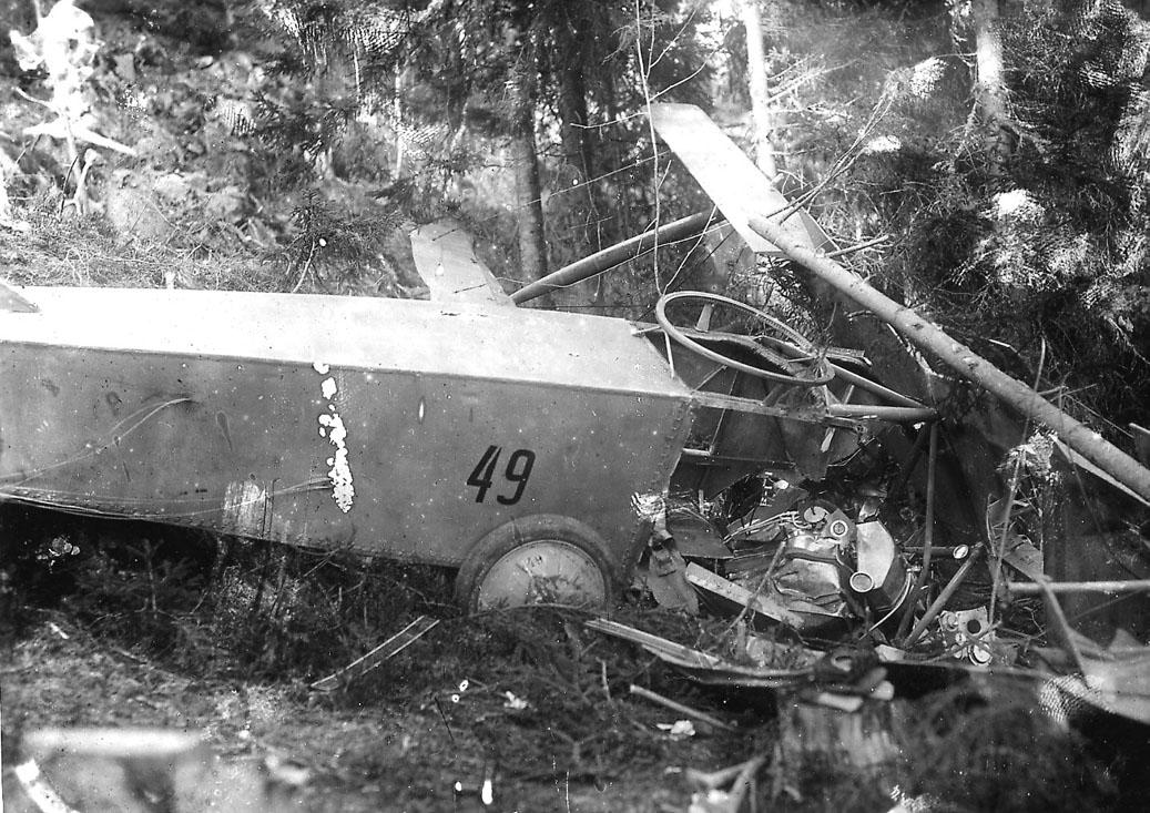 Havari ett fly, Kaje F.F.9, Nr. 49, ligger i mange biter mellom noen trær.