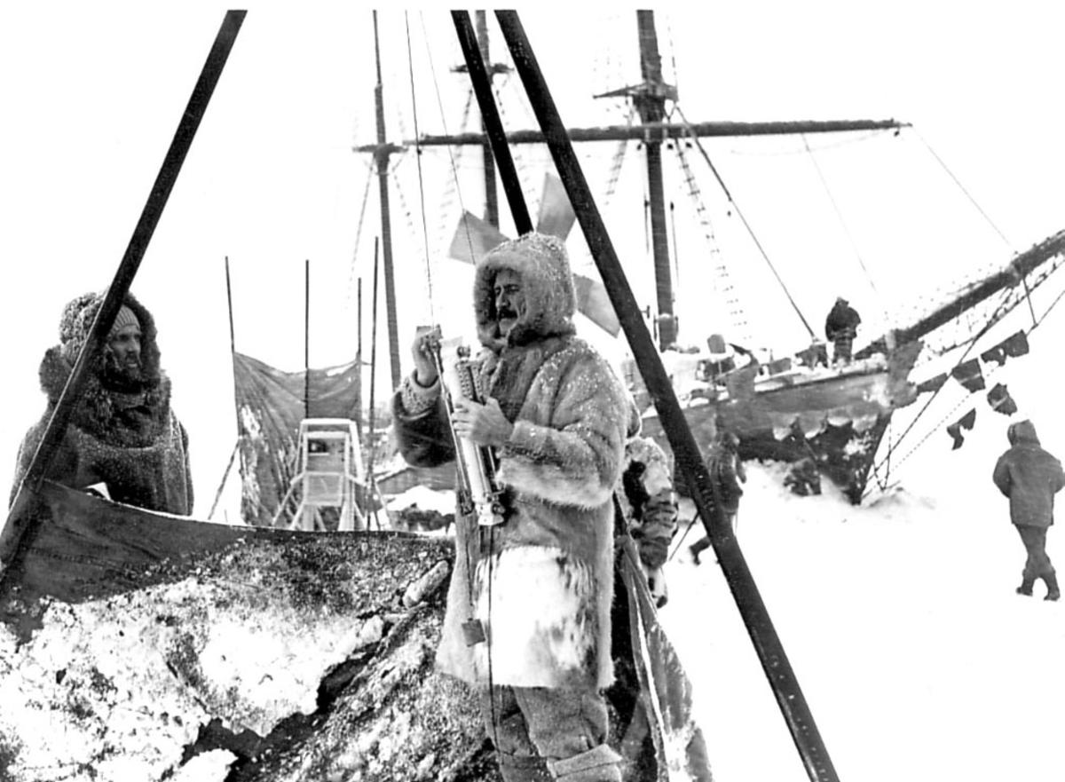 """Ant. polarskuta """"Fram"""" . Flere personer på isen ved båten."""