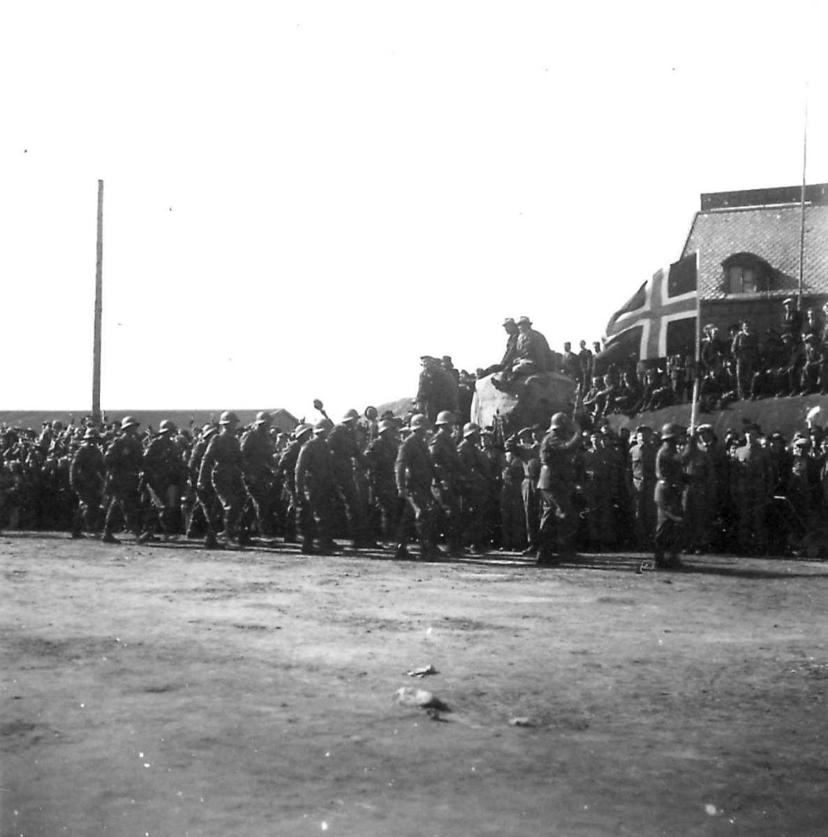 Frigjøringsdagene i Bodø etter krigen 1940 - 1945. Fra kaiområdet. Mange soldater marsjerer.