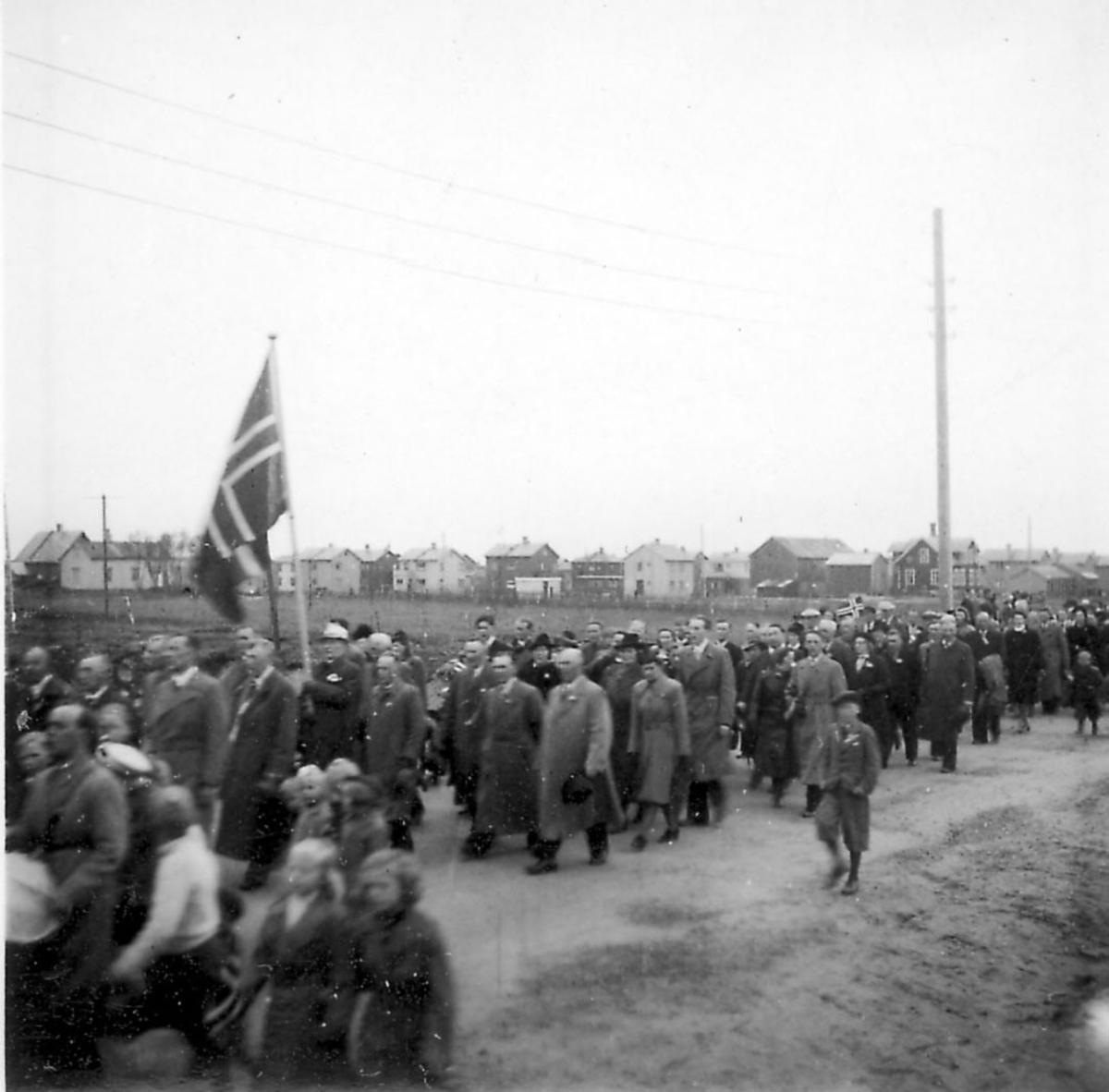 Frigjøringsdagene i Bodø etter krigen 1940 - 1945. Mange personer som går i tog, mange flagg.