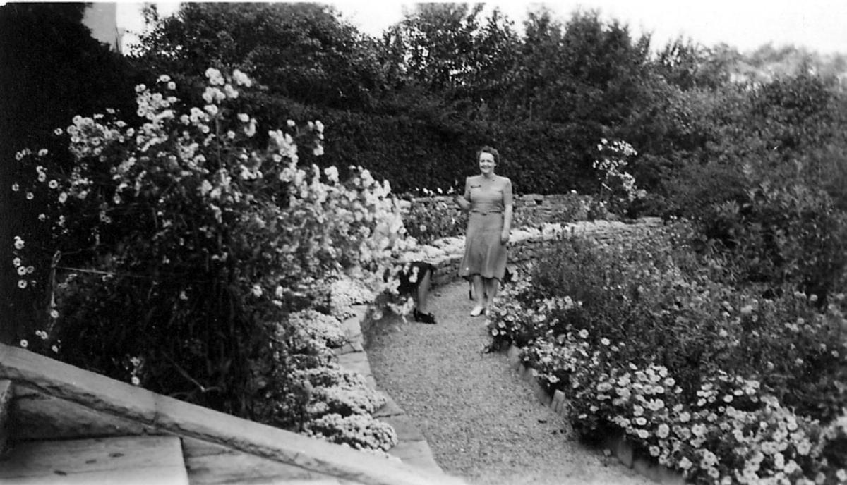 Portrett, to personer avbildet i en hage.