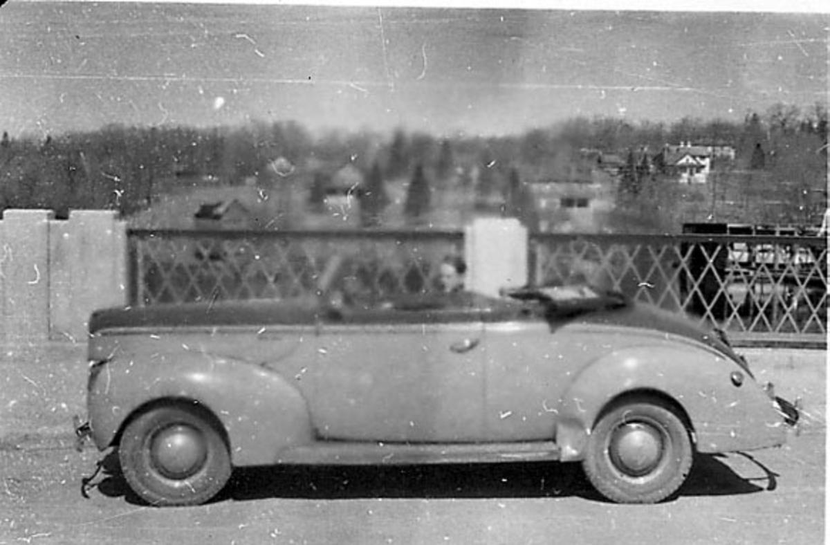Portrett, person, militær, i uniform, sitter i en åpen bil (personbil).