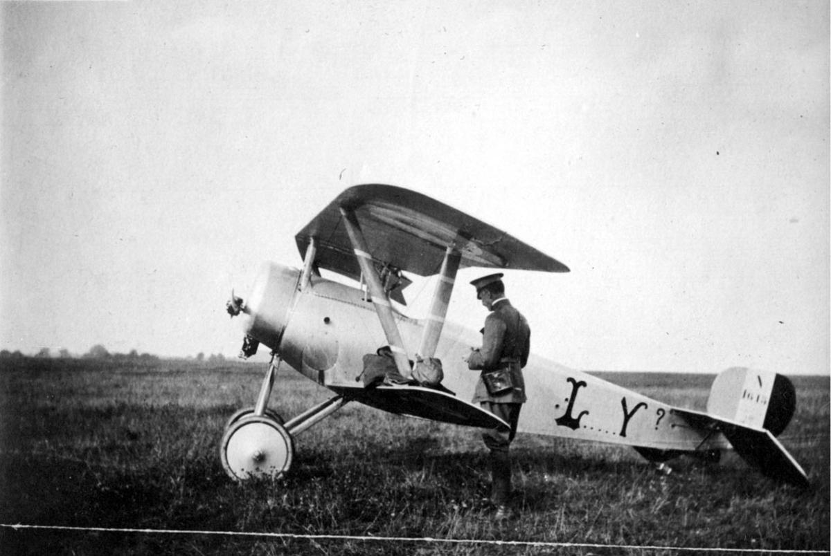 Fly, Nieuport 17C.1. Sett fra siden. Står på bakken. 1 person ved flyet.