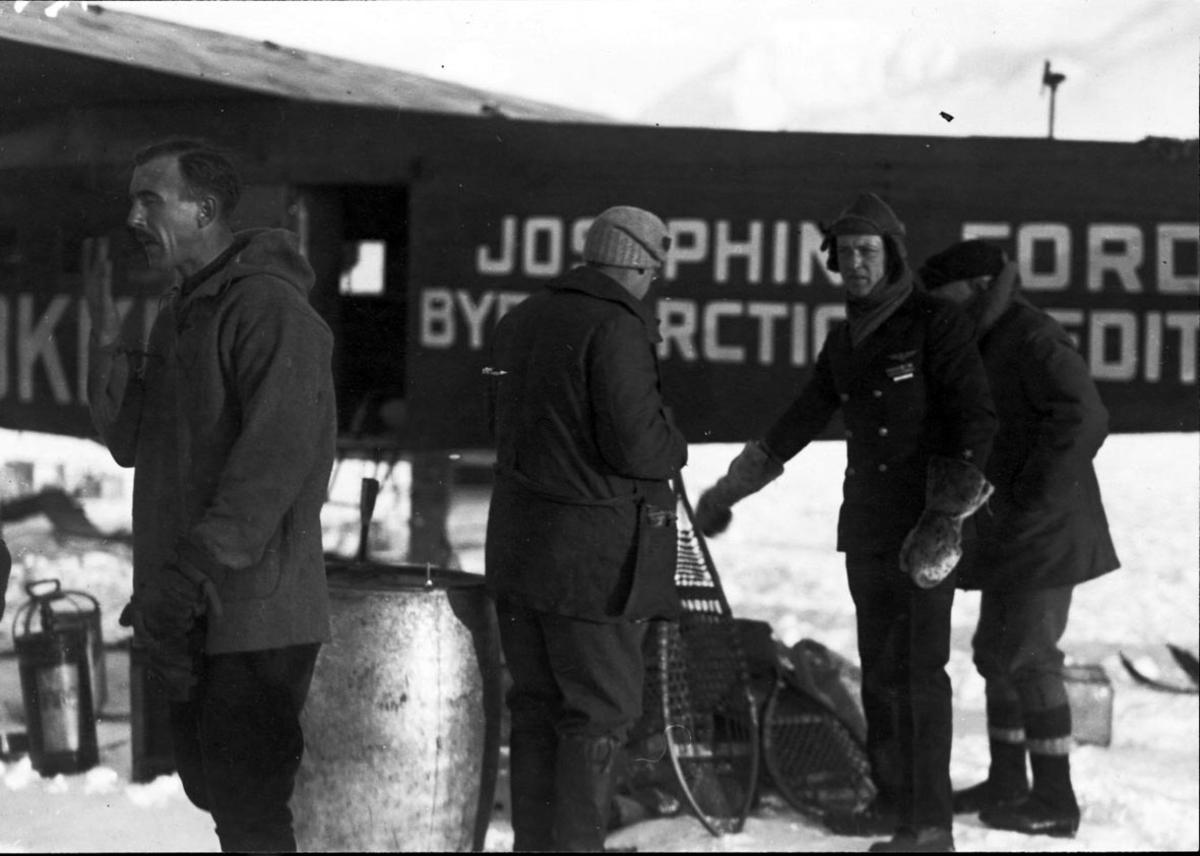 """Fly, propellfly, Fokker FVII """"Josephine Ford"""". Noen personer, utstyr. Innlasting av utstyr."""
