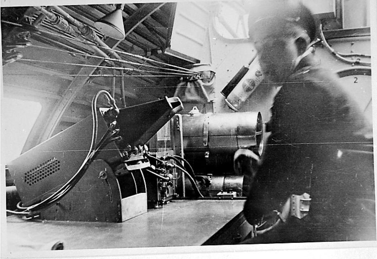 Flyinteriør. En person sitter ved en radar.