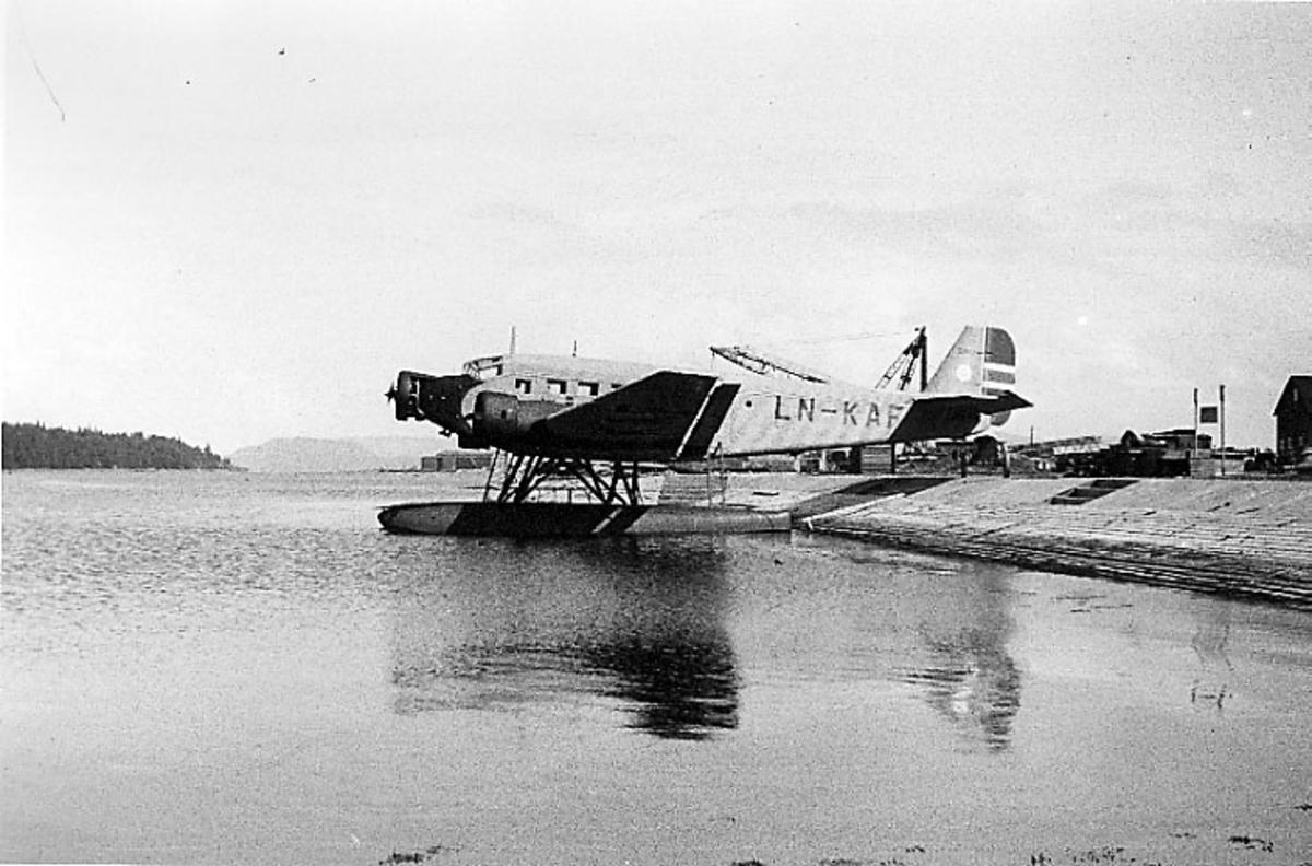 1 fly, Junkers JU 52 3mg2e, LN-KAF/LN-DAH, ligger stille på havet, ved land.