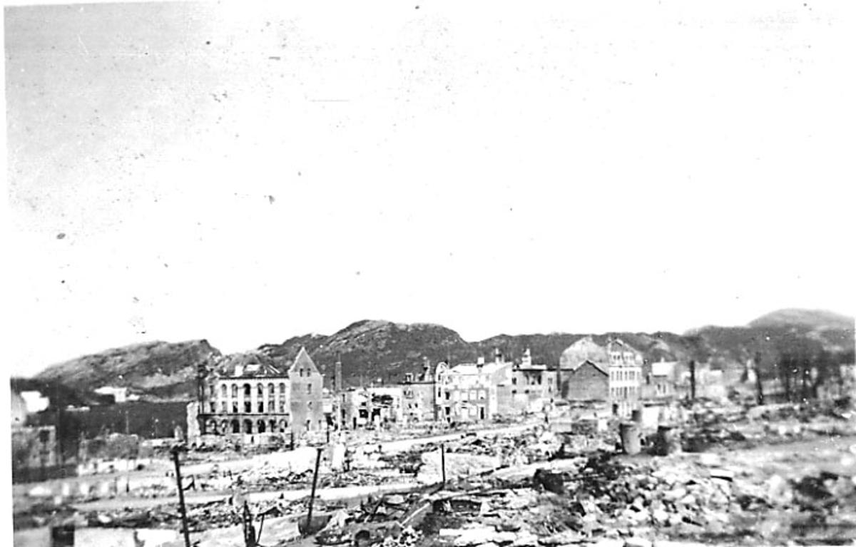 Bodø i ruiner etter bombingen under 2. verdenskrig. Rønvikfjellene i bakgrunnen.