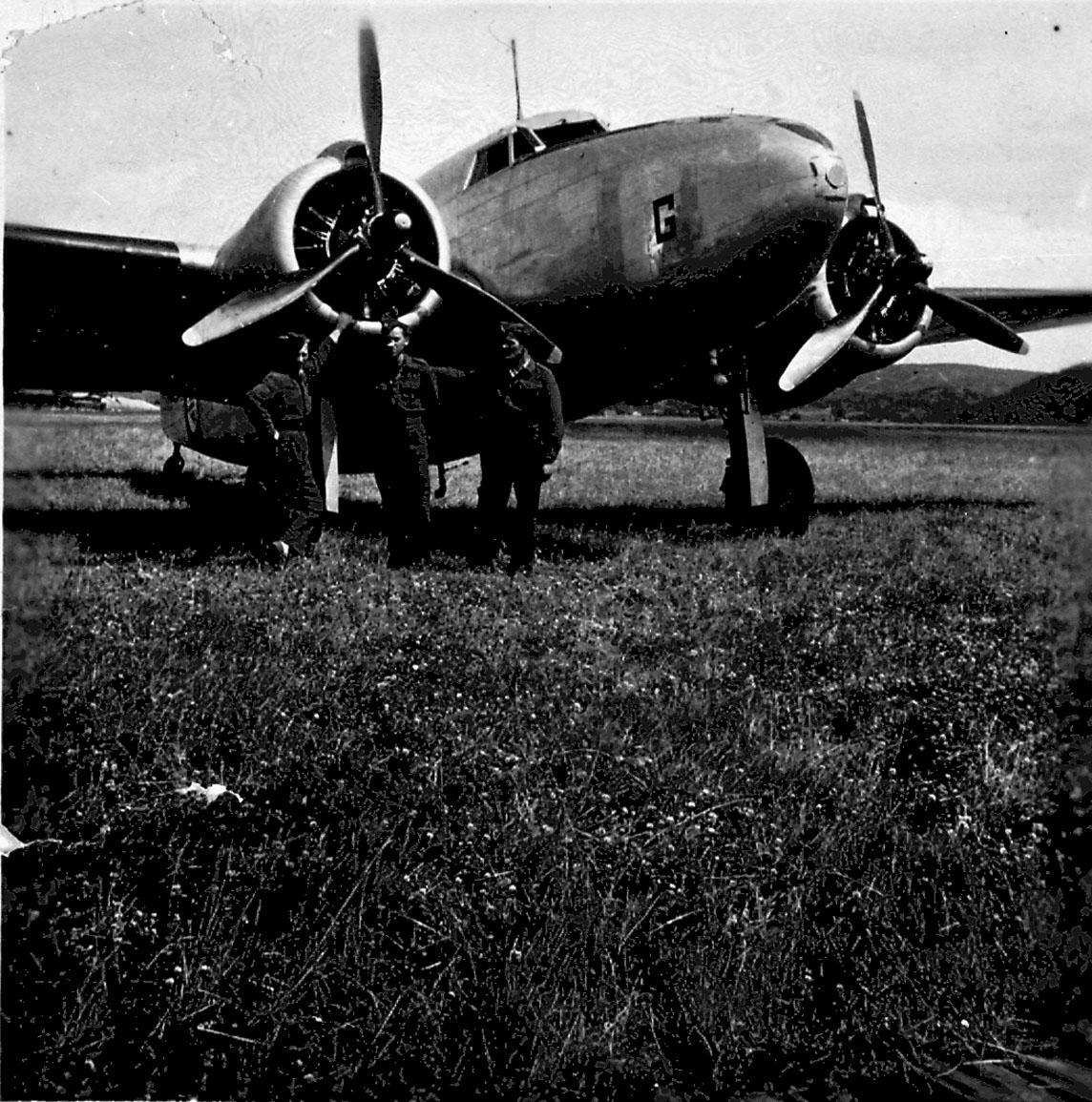 Lufthavn, 1 fly på bakken, Lockheed Lodestar C-60A-5-LO, G(T-AE) fra RNoAF. 3 personer ved flyet.