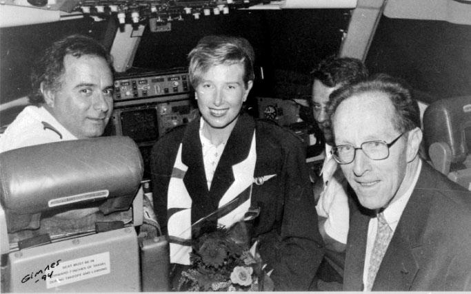 Portrett, 4 personer inne i cockpiten på et fly.