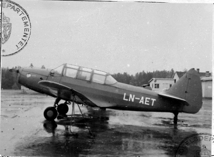 Lufthavn, 1 fly på bakken, Cornell M62A (PT-19), LN-AEL, fra Widerøe Flyveselskap & Polarfly A/S..