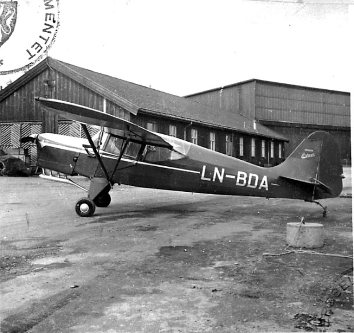 Lufthavn, 1 fly på bakken, Auster J.5 G, LN-BDA, fra A/S Norrønafly. Bygninger bak.