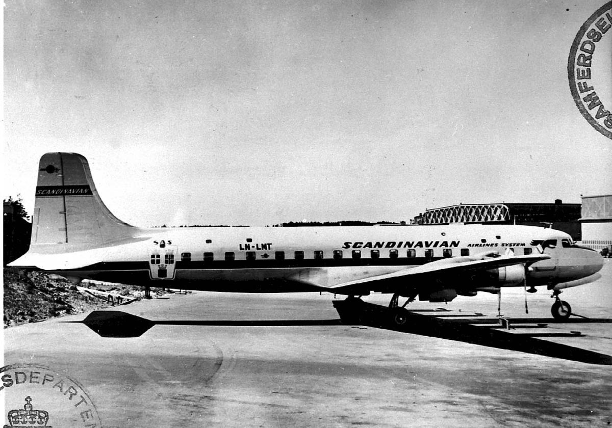 "Lufthavn, 1 fly på bakken, Douglas DC-6 B. 1225 A. LDB 338 LN-LMT ""Bernt Viking"" fra SAS."