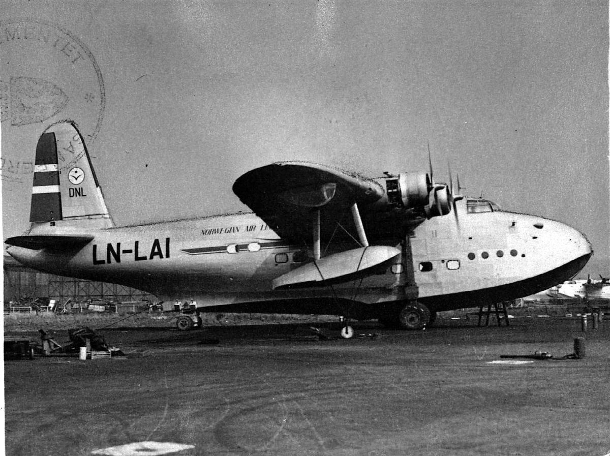 """Sjøflyhavn, 1 fly på bakken Short S.25 Sunderland VI LDB 250 LN-LAI """"Jutulen"""" fra DNL."""
