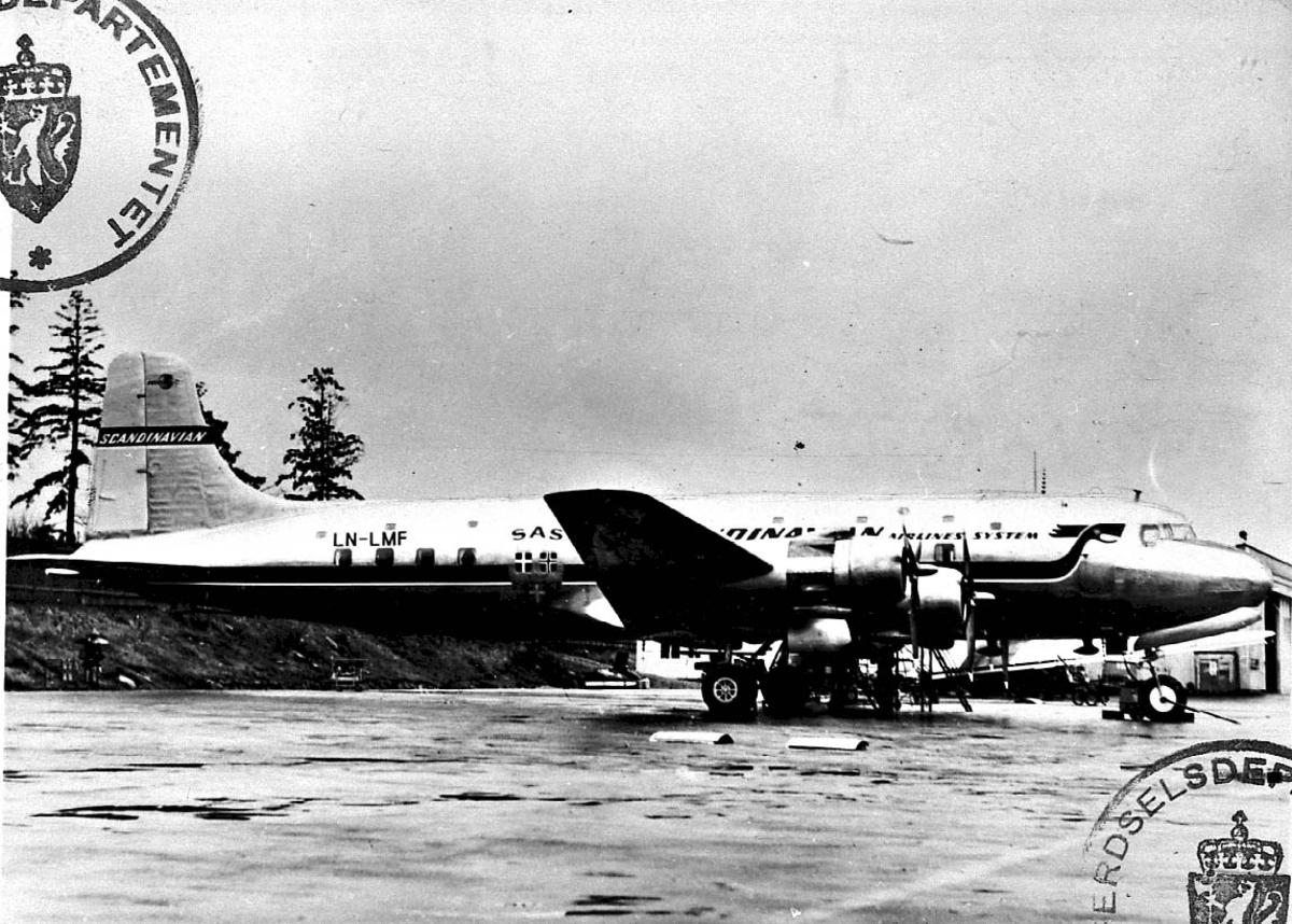 """Lufthavn, 1 fly på bakken, Douglas DC-6 477B LDB 349 LN-LMF """"Agne Viking"""" fra SAS."""