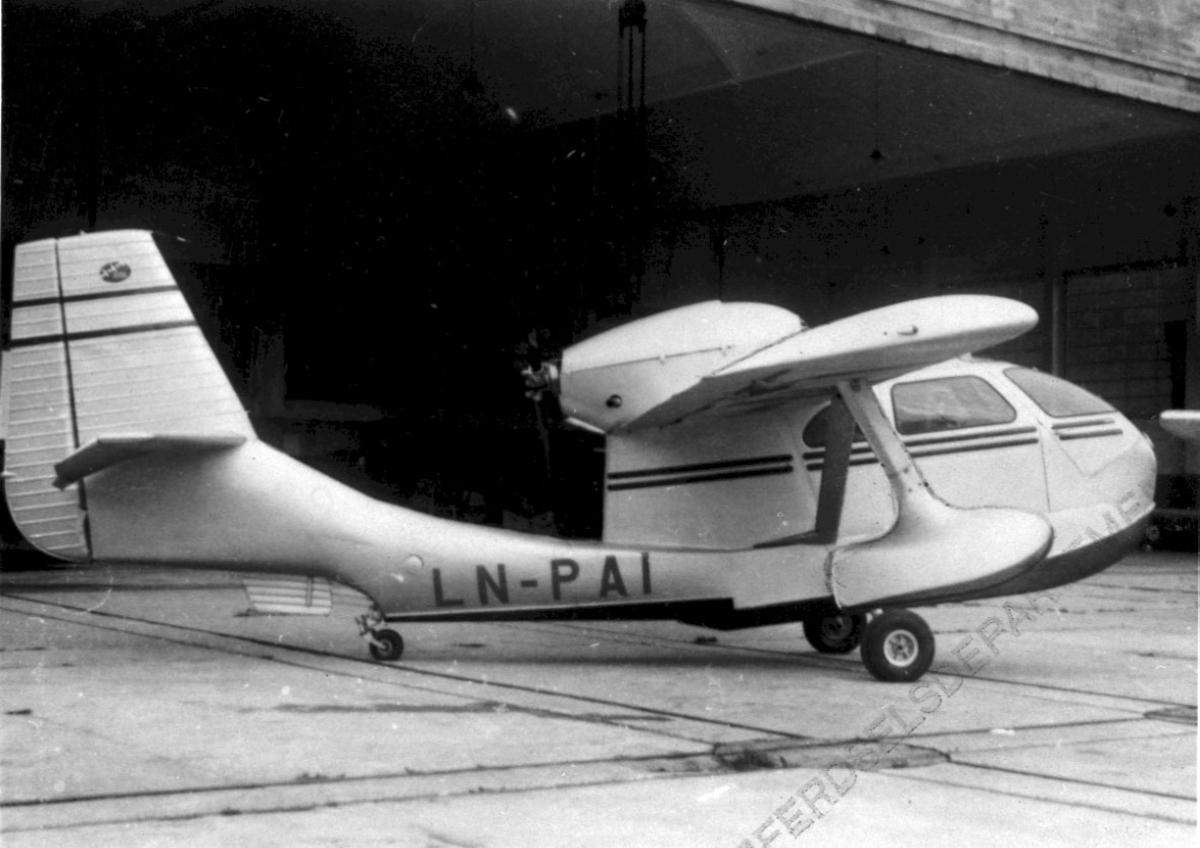 Sjøflyhavn, 1 fly på bakken  Republic RC-3 Seabee LDB 193 LN-PAI fra Vestlandske Luftfartsselskap.