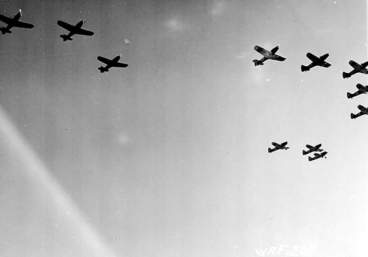 Luftfoto. 11 fly i formasjon Fairchild, fra Hærens Flyvåpen i Toronto.